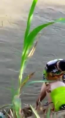 Primos colombianos cogiendo en el rio