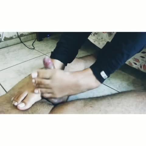Novia caliente le hace una paja con los pies a su novio ⚠