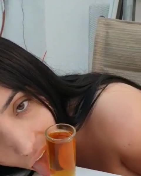 Colombian aprendiendo a mamar guevo con baso de Tequila
