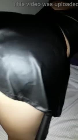 Mujer rubia culona cogiendo con mini falda de cuero en cachondeo xxx