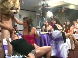 Jovenes y maduras celebrando fiesta en club nudista de Barcelona
