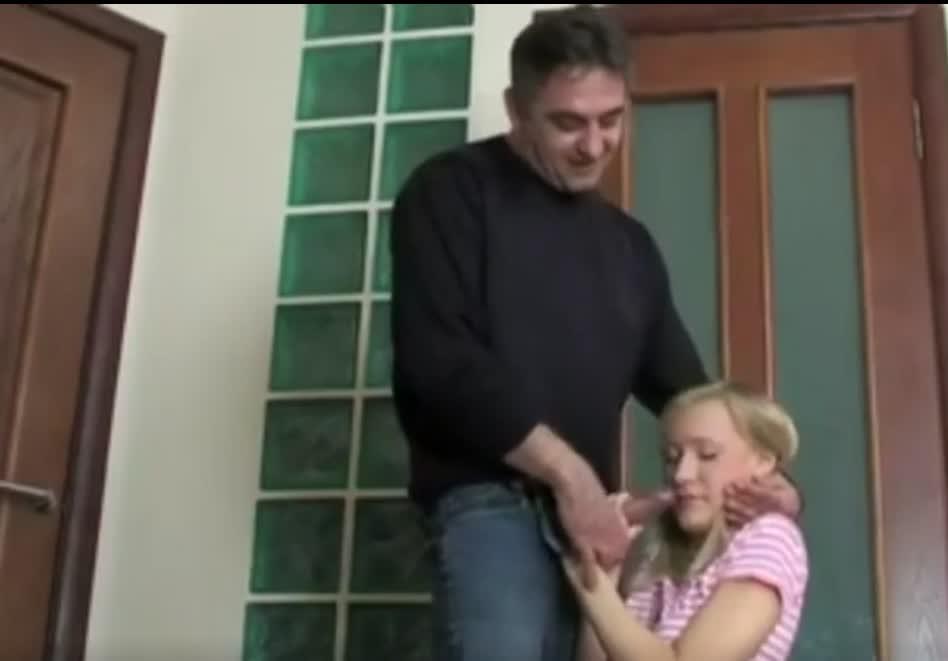 Papa encuentra hija masturbándose y la obliga a coger de fuerza bruta