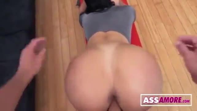 A mujer le maman el culo de forma rica