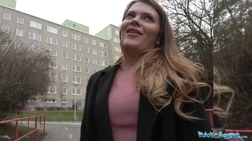 Fea folladora tiene sexo por dinero en p