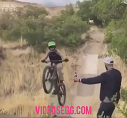 Video viral de la bicicleta y la botella