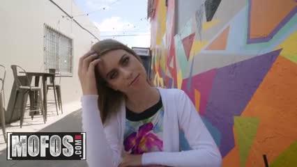Mofos Jill Kassidy me la encuentro en la calle y la follo por dinero