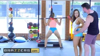Abigail Mac y Nicole Anisto trio teniendo sexo en el Gym