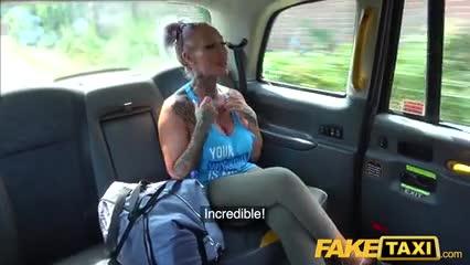FakeTaxi taxista se folla su cliente una viejita tetona