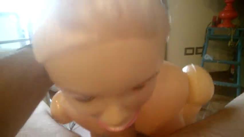 Hombre se hace sexo oral con muñeca inflabe