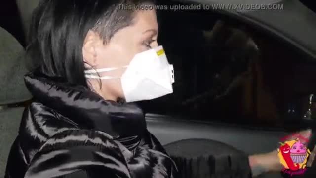 Le hace sexo oral de camino a casa en su auto COVID-19