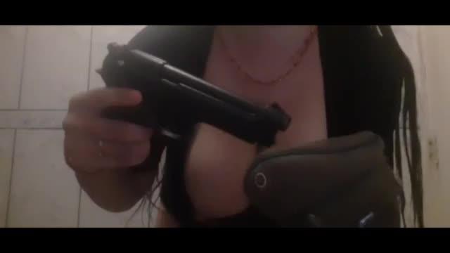 La Pepina Chilena se masturba con arma de fuego XXX