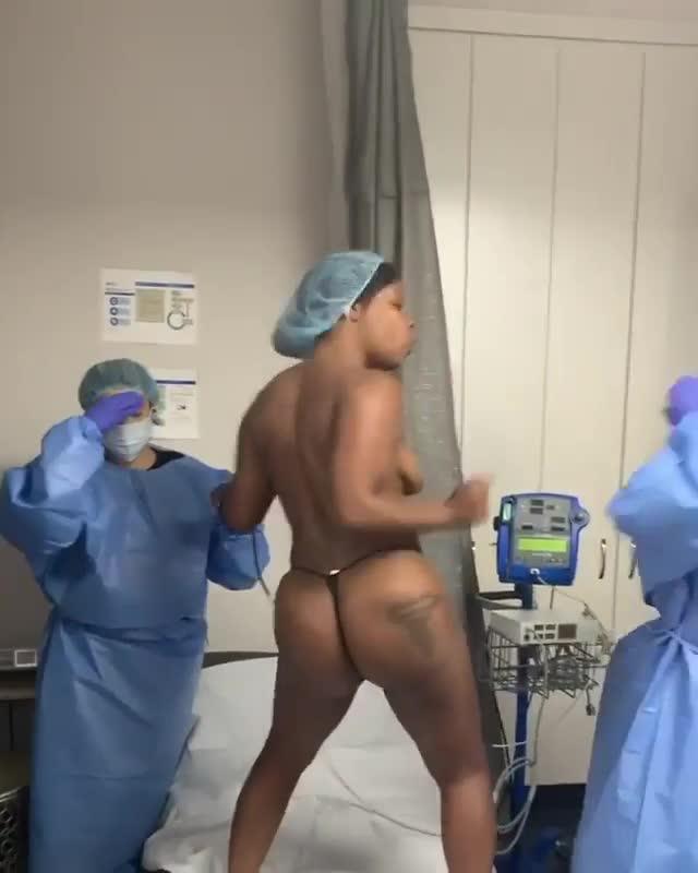 Negra desnuda no se deja inyectar vacuna del COVID19