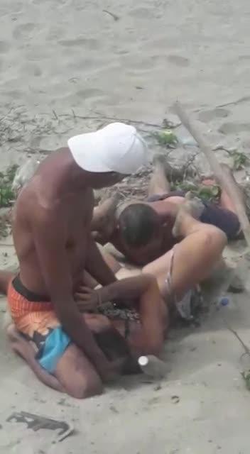 Policia encuentra dominicanos en playa haciendo Trio