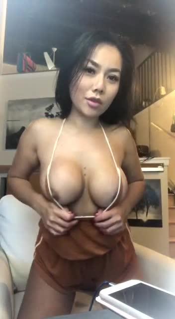 Asiatica me cobra 10 por desnudarse Webcam parte 1