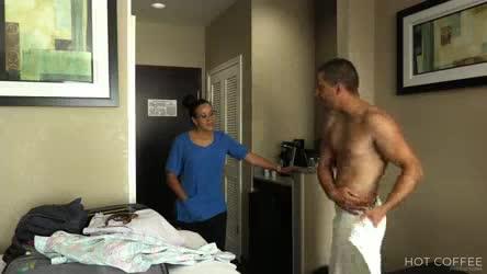 La chica de housekeeping es seducida por huesped